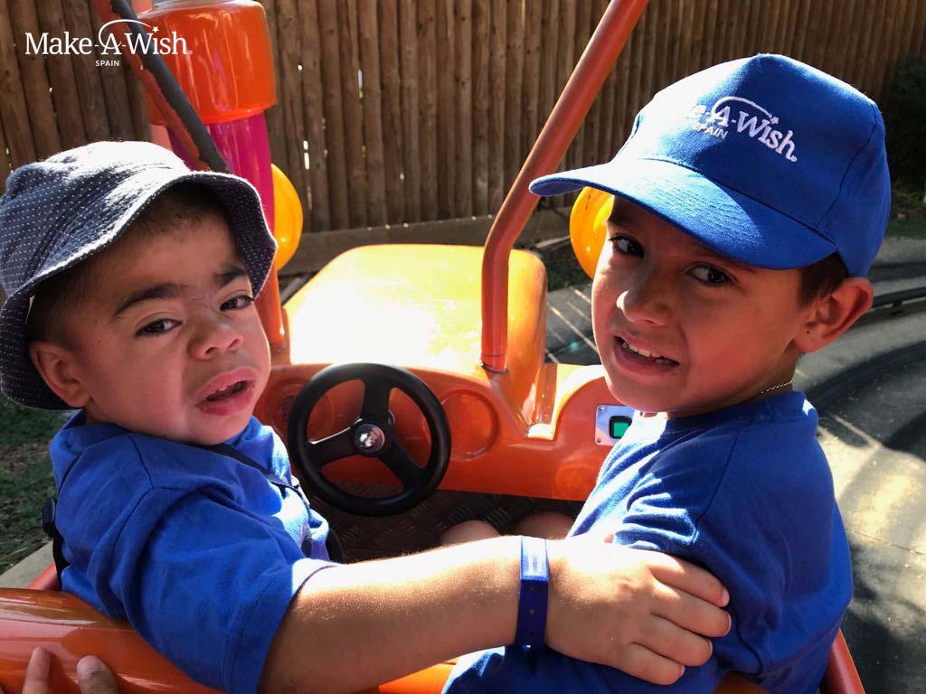 Optimized-Fran y hermano. PortAventura